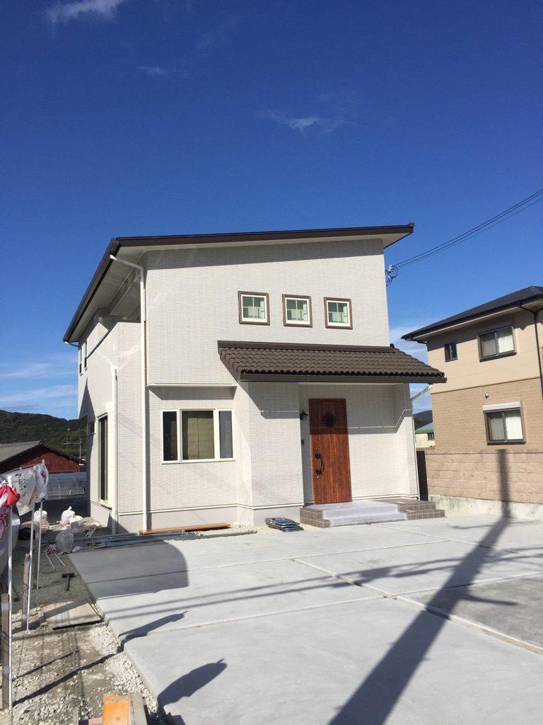 色使いの綺麗な総タイル張りの白い家